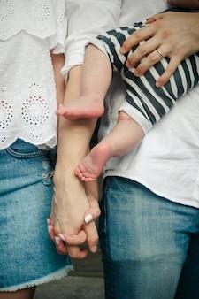 Portret van ouders met pasgeboren baby. de close-up van de baby blijft in de handen van de ouders achter.