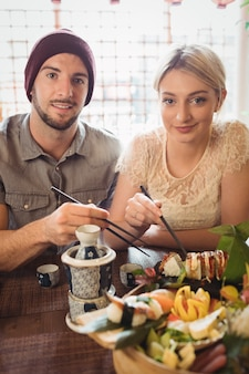 Portret van paar dat sushi heeft