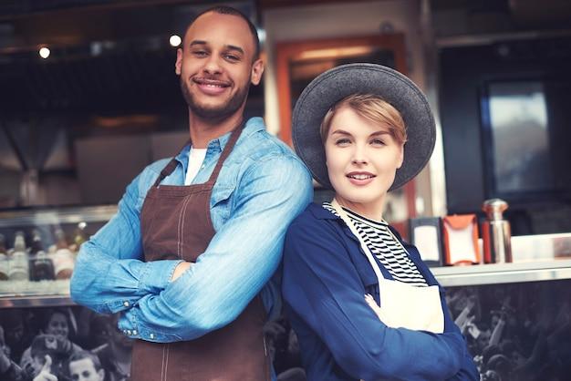 Portret van paar dat voedsel op straat verkoopt