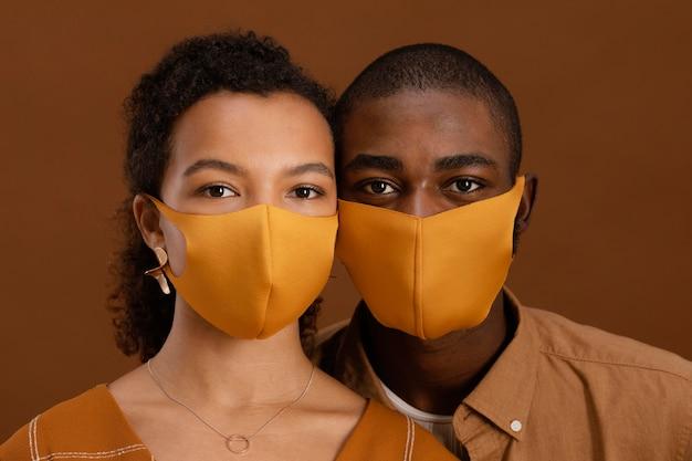 Portret van paar met gezichtsmaskers
