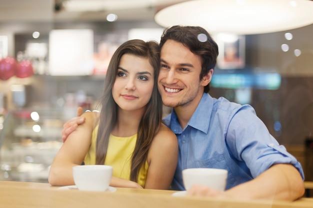 Portret van paar op romantische date in café