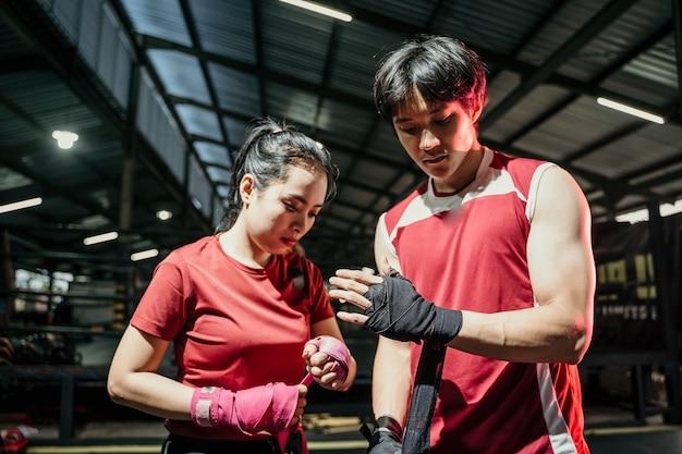 Portret van paar vechter bondage tape toe te passen op handen over vechten plaats