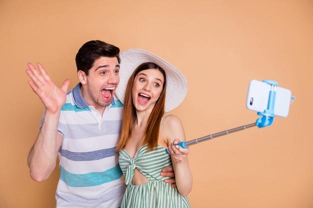 Portret van paar vrienden die selfie nemen