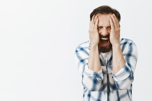 Portret van paniekerige bebaarde volwassen man poseren