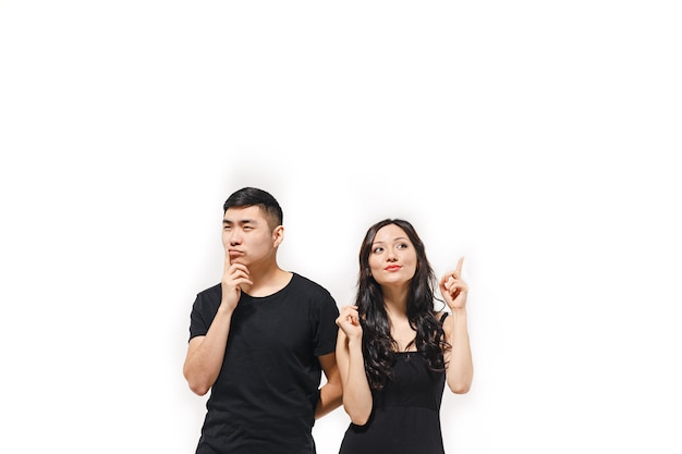 Portret van peinzend koreaans paar dat op wit wordt geïsoleerd