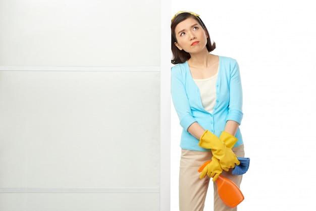 Portret van peinzende aziatische huisvrouw