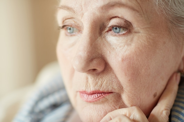 Portret van peinzende oude vrouw