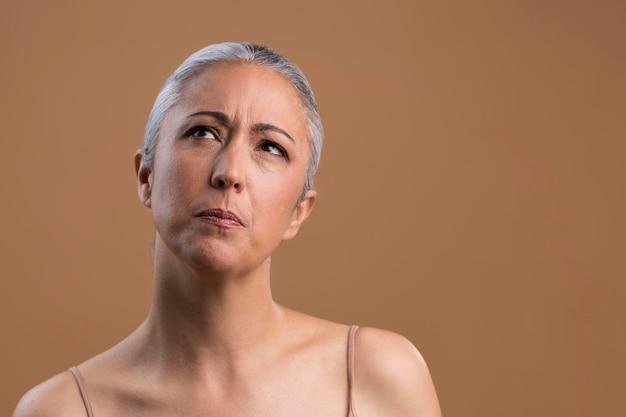 Portret van peinzende oudere vrouw