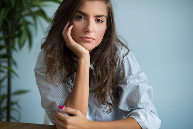 Portret van peinzende vrouw in de zitkamer