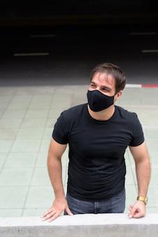 Portret van perzische man met masker ter bescherming tegen uitbraak van het coronavirus in de stad