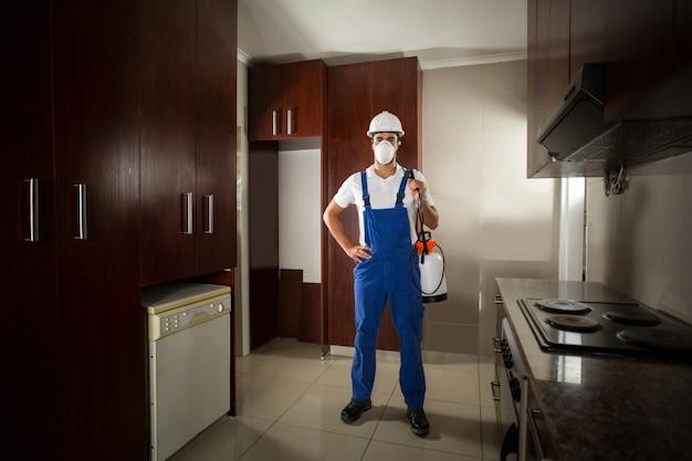 Portret van pesticidenarbeider met hand op heup
