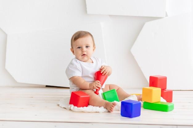 Portret van peuter spelen met speelgoed
