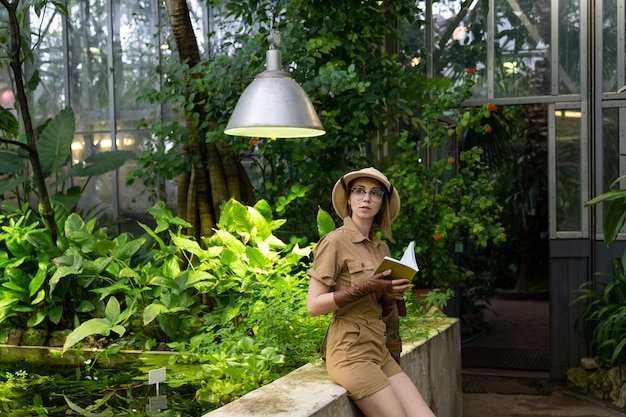 Portret van plantkundige vrouw in kas