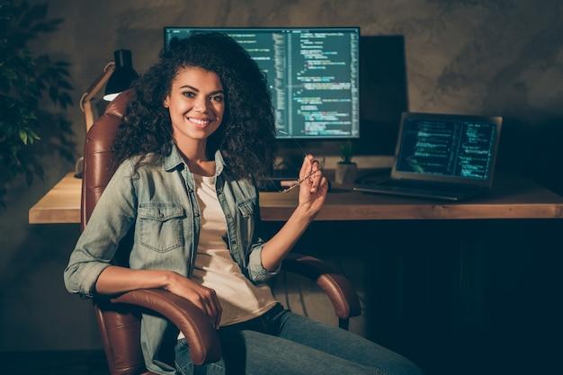 Portret van positief geschoold meisje zit stoel poseren in kantoor