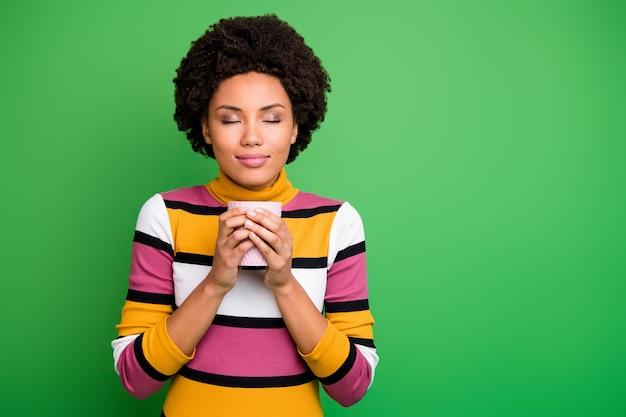 Portret van positief meisje hebben herfst koud weer weekend vakantie houden hete latte koffie geur genieten van aromatische drank dragen stijlvolle outfit