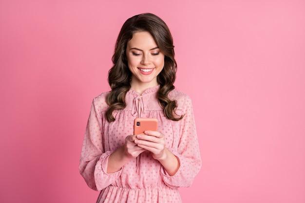 Portret van positief vrolijk meisje gebruikt smartphone