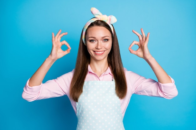 Portret van positief vrolijk meisje laat zien oke teken akkoord met advertenties promotie