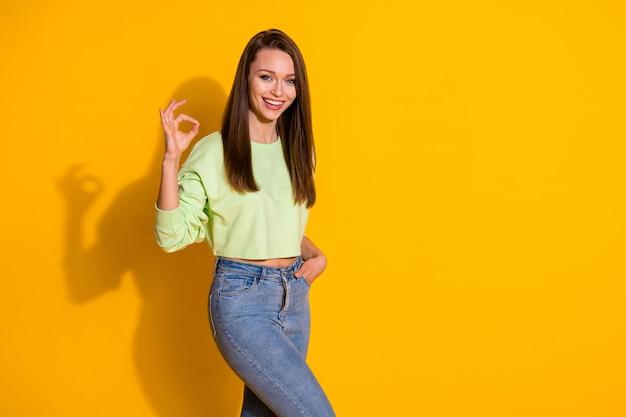 Portret van positief vrolijk zelfverzekerd meisje keurt goed teken goed