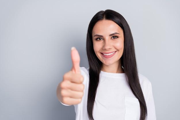 Portret van positief zelfverzekerd coronavirus meisje duim omhoog teken goedkeuren covid19 stop besmetting geweldige tips dragen stijl stijlvolle outfit geïsoleerd over grijze kleur achtergrond