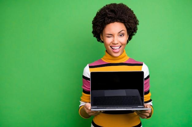 Portret van positieve afro-amerikaanse meisjegreep netbook-show touchscreen aanbevelen digitale moderne technologie casual stijlkleding dragen
