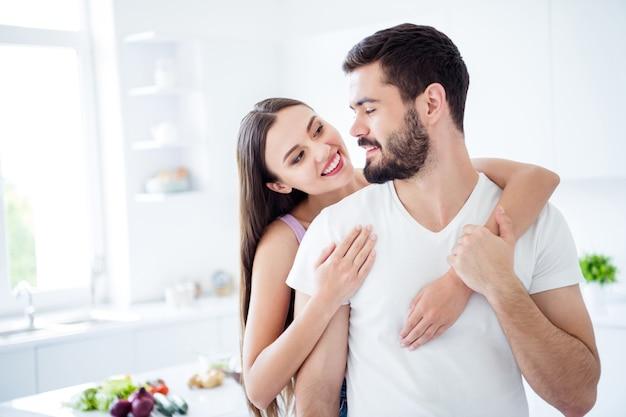 Portret van positieve charmante echtgenoten paar vrouw meeliften man