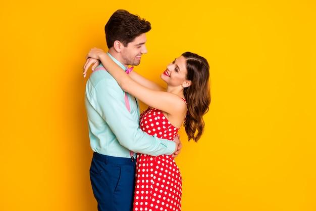 Portret van positieve gepassioneerde paar man vrouw knuffel liefde concept