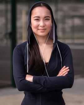 Portret van positieve jonge vrouw buitenshuis