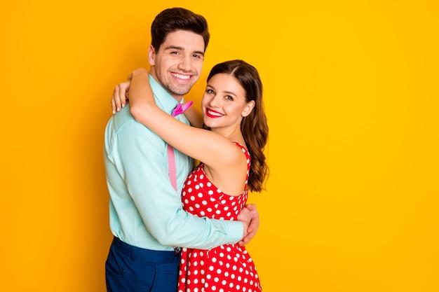 Portret van positieve twee paar vrouw man omarmen geniet van date