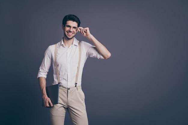 Portret van positieve vrolijke kerel bedrijfseigenaar klaar werk beslissen oplossing raak zijn specificaties houden laptop draag goed uitziende outfit.