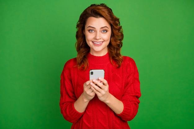 Portret van positieve vrolijke mobiele telefoon van het vrouwengebruik