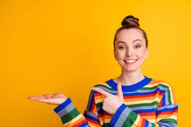Portret van positieve vrolijke promotor meisje punt wijsvinger copyspace hand aanbevelen kies beslissen adviseren promo advertenties dragen trui geïsoleerd over felle kleur achtergrond