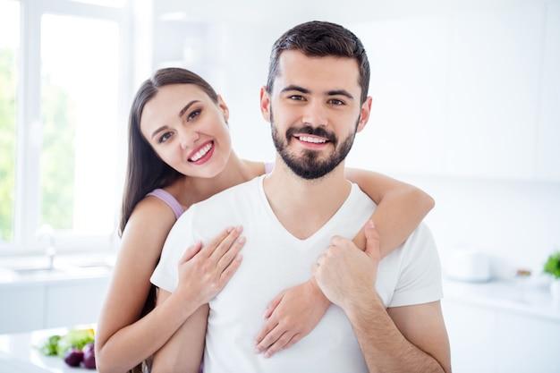 Portret van positieve vrouw knuffel meeliften man