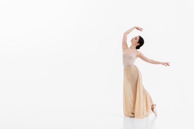 Portret van prachtige ballerina dansen met elegantie