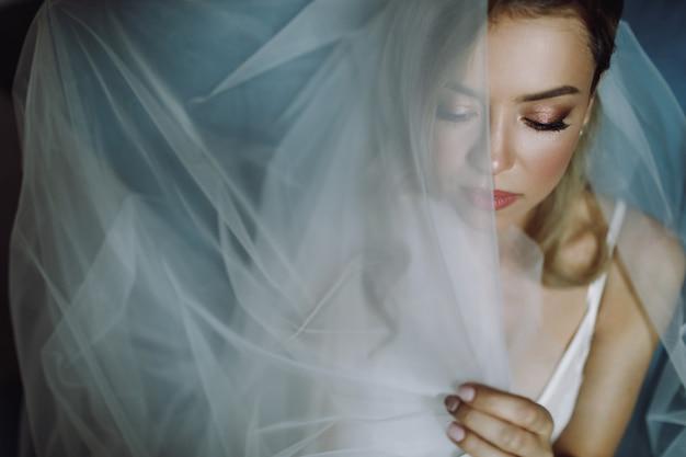 Portret van prachtige blonde bruid met diepe ogen