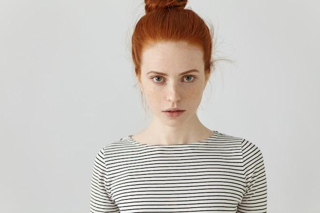 Portret van prachtige jonge vrouw met schone, gezonde huid met sproeten