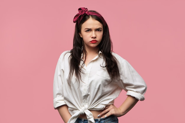 Portret van prachtige pin-up girl met wit overhemd en rode hoofddoek