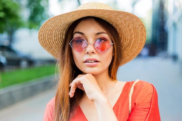 Portret van prachtige romantische vrouwelijke model met lichte make-up close-up.