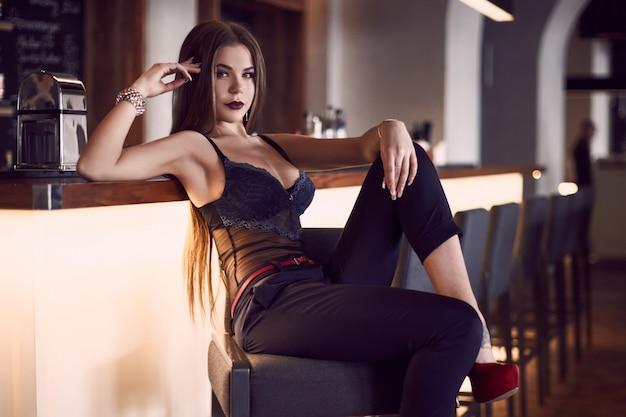 Portret van prachtige schoonheids jonge vrouw in binnenland