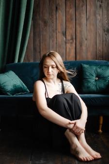 Portret van prachtige vrouwelijke brunette model poseren in witte mode kleding in de studio