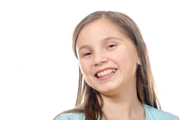 Portret van pre tienermeisje geïsoleerd op een witte achtergrond