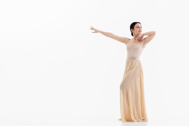 Portret van professionele ballerina met exemplaarruimte