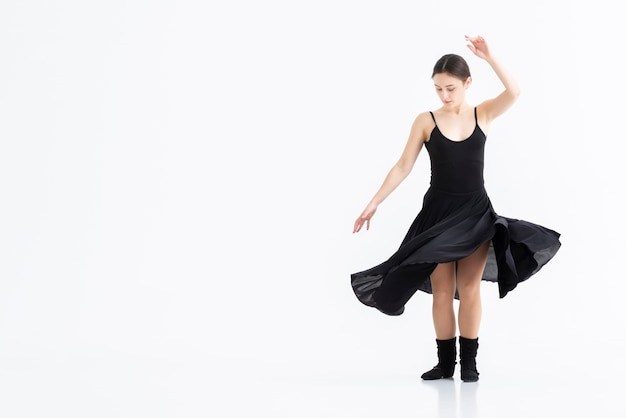 Portret van professionele danser met exemplaarruimte