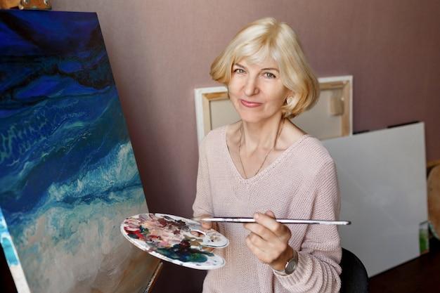 Portret van professionele vrouwelijke kunstenaar schilderen