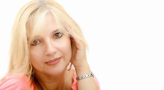 Portret van rijpe blonde geïsoleerde vrouw