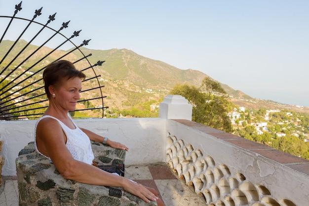 Portret van rijpe mooie toeristenvrouw bij de bergen van het dorp van mijas in malaga spanje costa del sol