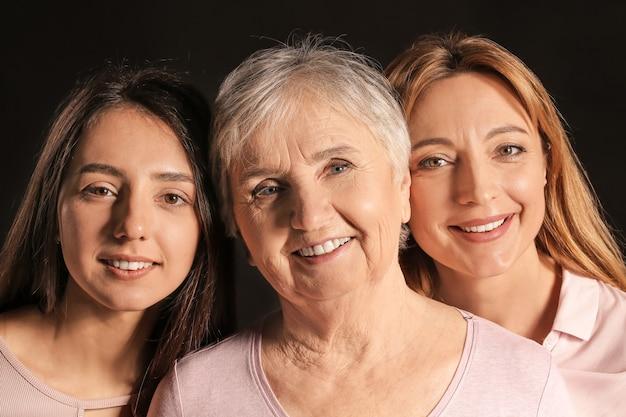 Portret van rijpe vrouw met haar volwassen dochter en moeder