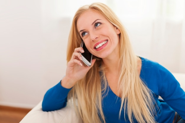 Portret van roddelmeisje met slimme telefoon