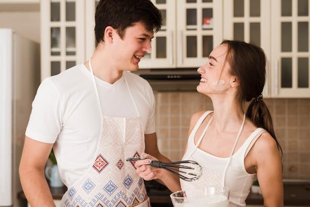 Portret van romantisch jong paar samen in liefde
