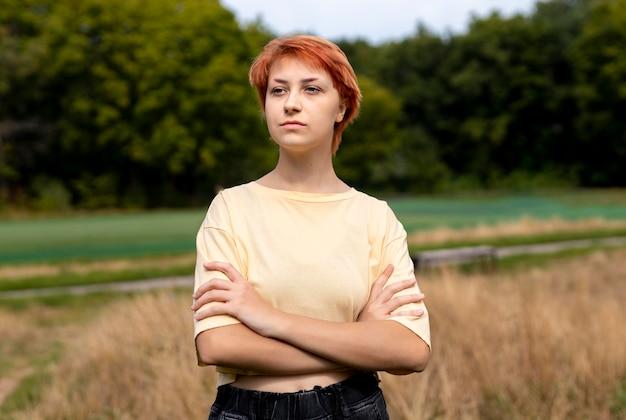 Portret van roodharig meisje buitenshuis