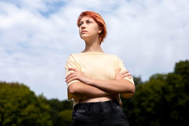 Portret van roodharig meisje buitenshuis Gratis Foto